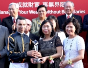 Ann Kung Yeung Yun Chi (centre), General Manager, Personal Banking and Product Management, and Wendy Tsang Kam Yin (right), General Manager, Private Banking, Bank of China (Hong Kong), present a silver dish to winning jockey Joao Moreira.
