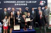 圖 八, 九, 十<br> LONGINES香港區副總裁歐陽楚英,致送LONGINES腕表予「將男」的馬主奔騰賽馬團體的代表、練馬師告東尼及騎師郭能。