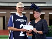 「威爾頓」獲得浪琴表馬會盃最佳外觀馬匹獎,LONGINES香港區副總裁歐陽楚英,頒發二千元獎金予負責料理該駒的馬房助理。