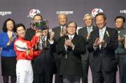 中國香港體育協會暨奧林匹克委員會會長霍震霆頒發獎盃予浪琴表國際騎師錦標賽冠軍福永祐一。
