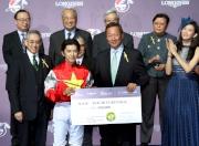 馬會主席葉錫安博士頒發銀馬鞭及五十萬元獎金予浪琴表國際騎師錦標賽冠軍福永祐一。