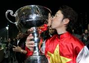 圖九 圖十<br> 浪琴表國際騎師錦標賽冠軍福永祐一舉盃祝捷。