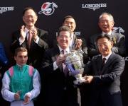 香港賽馬會董事鄭維志博士(右)頒發浪琴表香港瓶獎盃給「富林特郡」的馬主代表。