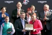 LONGINES香港區副總裁歐陽楚英(右)致送紀念品予浪琴表香港瓶冠軍「富林特郡」的練馬師代表。