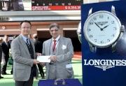香港代表「多名利」獲選浪琴表香港瓶最佳外觀馬匹。第三十六屆亞洲賽馬會議籌備委員會主席Cyrus Poonawalla博士(右)頒發五千元獎金予馬房代表。