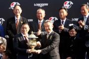 香港賽馬會副主席周永健(右)頒發浪琴表香港短途錦標獎盃予「友瑩格」馬主楊毅。