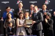 斯沃琪集團(香港)董事總經理盧克勤(右)致送紀念品予「友瑩格」的馬主代表。