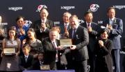 斯沃琪集團(香港)董事總經理盧克勤(右)致送紀念品予「友瑩格」的練馬師蘇保羅。