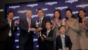 香港賽馬會行政總裁應家柏(左二)頒發2014年世界短途挑戰賽終站賽事獎座予浪琴表香港短途錦標冠軍「友瑩格」的馬主楊毅。