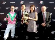 浪琴表香港短途錦標勝出馬匹「友瑩格」的馬主楊毅(左二)、練馬師蘇保羅(右一)以及騎師潘頓(左一)賽後與傳媒分享勝利喜悅。
