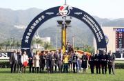 圖五、圖六、圖七、圖八<br> 「步步友」在浪琴表香港一哩錦標奏凱,騎師莫雷拉、練馬師約翰摩亞、馬主李福鋆醫生及夫人與親友祝捷。
