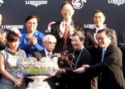 香港特別行政區行政會議成員林健鋒議員(右)頒發騎師駿馬銅像予「步步友」馬主李福鋆醫生及夫人。