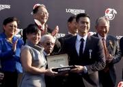 LONGINES 優雅形象大使彭于晏(右)致送紀念品予「步步友」的馬主代表。