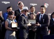 LONGINES 優雅形象大使彭于晏(右)致送紀念品予「步步友」的練馬師約翰摩亞。