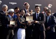 LONGINES 優雅形象大使彭于晏(右)致送紀念品予「步步友」的騎師莫雷拉。