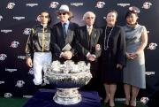 (左起)浪琴表香港一哩錦標勝出馬匹「步步友」的騎師莫雷拉、練馬師約翰摩亞,以及馬主李福鋆醫生及夫人與傳媒分享勝利喜悅。