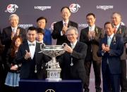 圖9 、10<br> 香港特別行政區行政會議召集人林煥光議員(右)頒發浪琴表香港盃獎盃及騎師駿馬銅像予「威爾頓」的馬主代表 。