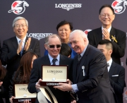LONGINES總裁霍凱諾(右)致送紀念品予「威爾頓」的練馬師約翰摩亞。