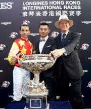 圖18 、19<br> (左起)浪琴表香港盃勝出馬匹「威爾頓」的騎師莫雷拉、馬主鄭強輝的代表及練馬師約翰摩亞賽後與傳媒分享勝利喜悅。