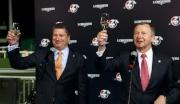 (右起)香港賽馬會行政總裁應家柏及賽馬事務執行總監利達賢,一同舉杯慶祝2014年浪琴表香港國際賽事圓滿舉行。