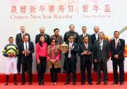 香港特別行政區財政司司長曾俊華、香港賽馬會主席葉錫安博士及其他董事、馬會行政總裁應家柏,與「驌龍」的馬主劉業強及親屬、練馬師蔡約翰及騎師莫雷拉在賀年盃頒獎禮上合照。