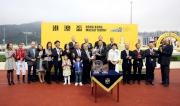 圖五、六、七<br> 香港賽馬會主席葉錫安博士賽後於頒獎禮上頒發港澳盃及冠軍銀碟予頭馬「魔法豪情」的馬主蕭百君、練馬師約翰摩亞及騎師莫雷拉。