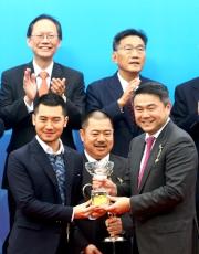 花旗集團香港及澳門區行長盧韋柏(右)致送紀念品予頭馬「威爾頓」馬主的兒子鄭家星。