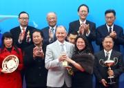 花旗集團香港及澳門區行長盧韋柏的太太盧謝嘉儀(右)致送紀念品予頭馬「威爾頓」的練馬師約翰摩亞。