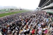 圖 9, 10<br> 寶馬香港打吡大賽為本地馬壇最重要的賽事,吸引數以萬計市民入場觀賽,場面熱鬧。