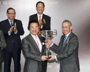 圖2, 3<br> 香港賽馬會副主席周永健頒發獎盃及六十五萬元特別獎金支票予本年度跑馬地百萬挑戰盃冠軍「喜喜寶」馬主羅建生的代表。