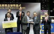 香港賽馬會副主席周永健頒發銀碟予本年度跑馬地百萬挑戰盃冠軍「喜喜寶」的練馬師方嘉柏 。