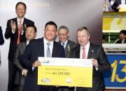 香港賽馬會行政總裁應家柏頒發二十五萬元獎金支票予本年度跑馬地百萬挑戰盃亞軍「大寶藏」馬主鄭家純的代表 。