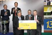 香港賽馬會行政總裁應家柏頒發十萬元獎金支票予本年度跑馬地百萬挑戰盃季軍「摯友無敵」的馬主陳國強 。