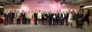 澳門賽馬會副主席兼執行董事梁安琪、香港賽馬會賽事秘書鄭育強、澳門賽馬會高層及嘉賓,與各出席儀式的馬主、練馬師及騎師在澳港盃排位抽籤儀式上合照。