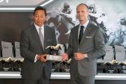 香港賽馬會主席葉錫安博士(左)及愛彼大中華區行政總裁梵衛一同主持愛彼女皇盃排位抽籤儀式。