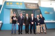 香港賽馬會副主席周永健(左三)、行政總裁應家柏(右三)、賽馬事務執行總監利達賢(左二),與馬主李福鋆醫生(右二)、練馬師約翰摩亞(右一)及蔡約翰(左一)合照。