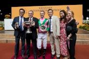 「友瑩格」的馬主楊毅、練馬師蘇保羅及騎師潘頓於賽後享受勝利一刻。