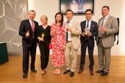 馬會行政總裁應家柏(左一)及賽馬事務執行總監利達賢(右一)亦祝賀「友瑩格」的幕後團隊今次於新加坡一役取得美滿成果。