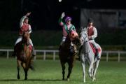 圖三、四<br> 「友瑩格」的馬主及親友與騎練於賽後祝捷。