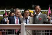 香港賽馬會主席葉錫安博士(右)及行政總裁應家柏(左)於賽後與「友瑩格」的馬主楊毅一同慶祝勝利。