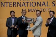 圖六、七、八<br> 「友瑩格」的馬主楊毅、練馬師蘇保羅及騎師潘頓於頒獎禮上接過KrisFlyer國際短途錦標的冠軍獎盃。