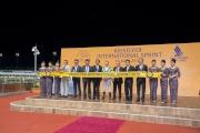 「友瑩格」的馬主及騎練,與一眾頒獎嘉賓於KrisFlyer國際短途錦標頒獎禮上合照。