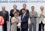 渣打大中華區行政總裁洪丕正,於頒獎禮上頒發紀念品予「喜蓮巨星」的馬主代表。