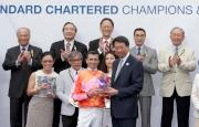 渣打大中華區行政總裁洪丕正頒發紀念品予「喜蓮巨星」的騎師韋達。