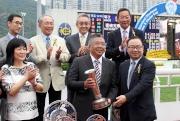 圖 4, 5, 6<br> 馬會董事廖長江(前排右一)將沙田銀瓶及銀碟頒予「新力風」的馬主黃良柏、練馬師約翰摩亞及騎師莫雷拉。