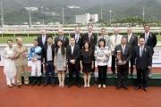 馬會主席葉錫安博士及馬會眾董事、行政總裁應家柏,與「新力風」的馬主、練馬師及騎師,於沙田銀瓶頒獎禮上合照。