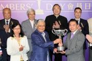 圖四, 五, 六<br> 在會員盃頒獎禮上,本會會員兼馬主楊毅先生(右)頒發獎盃及銀碟予勝出馬匹「貝連利」的馬主趙容燮、練馬師賀賢及騎師巫斯義。