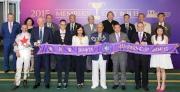 馬會副主席及董事們、行政總裁與「貝連利」的馬主趙容燮、練馬師賀賢以及騎師巫斯義在會員盃頒獎儀式上合照。