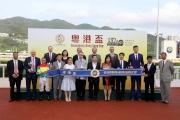 兩屆奧運女子乒乓球雙打冠軍喬紅女士(前排右五)擔任「粵港盃」頒獎嘉賓。