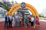 「準備就緒」的馬主及親友、練馬師以及騎師在凱旋門祝捷。